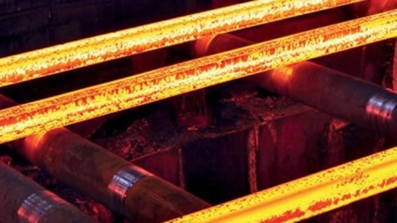 Glühend heiß: Die Flecken auf dem Stahl sind unerwünschter Zunder. Foto: Werk