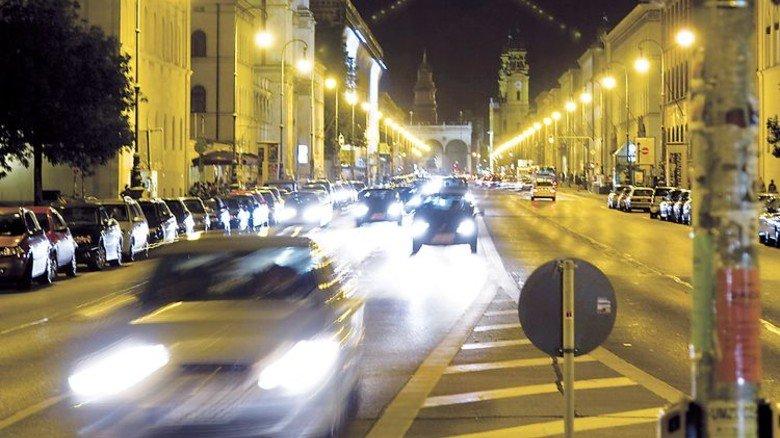 Grell: Oft blenden herkömmliche Scheinwerfer den Gegenverkehr. Foto: Fotolia