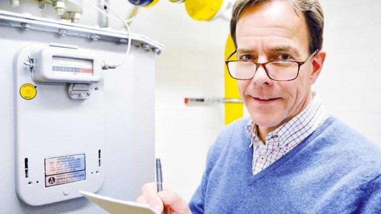 Akribisch: Firmenchef Stephan Potthoff-Wenner am Zähler. Foto: Scheffler