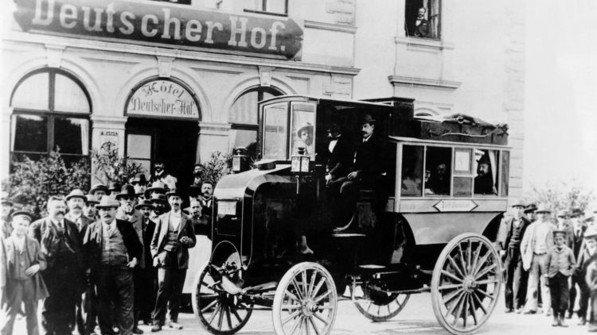 Der Auto-Pionier Daimler erfand auch den Bus: Hier der erste Zehn-PS-Postomnibus, der zehn Personen Platz bot und 1898 den Liniendienst aufnahm. Der allererste Daimler-Bus der Welt (1895) hatte nur fünf PS. Foto: Daimler AG