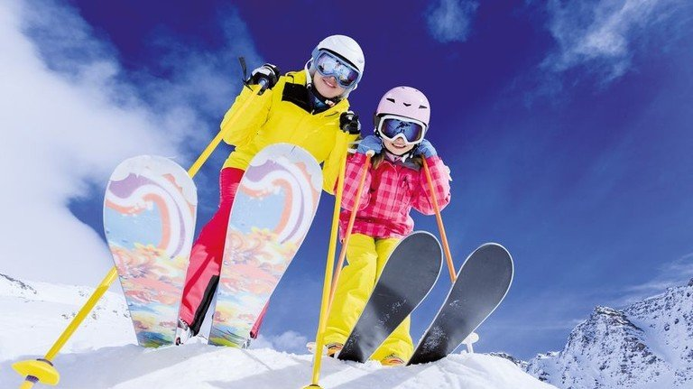 Auf der Piste: Skifahren ist in manchen Gebieten sogar ganzjährig möglich. Foto: Adobe Stock