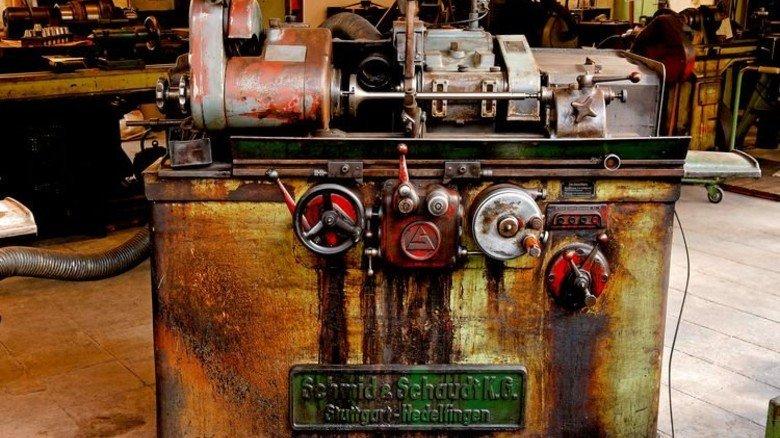Sie läuft noch: Nicht in der Metall- und Elektro-Industrie, sondern im Museum steht diese alte Schleifmaschine. Foto: Mauritius