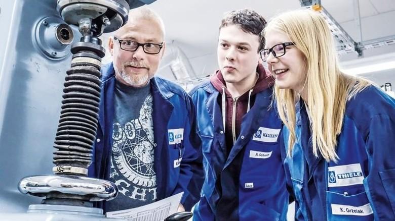 Im Labor: Ausbilder Markus Schwarzkopf und Karolina Grzelak erklären dem neuen Azubi Robin Schmidt die Technik. Foto: Roth
