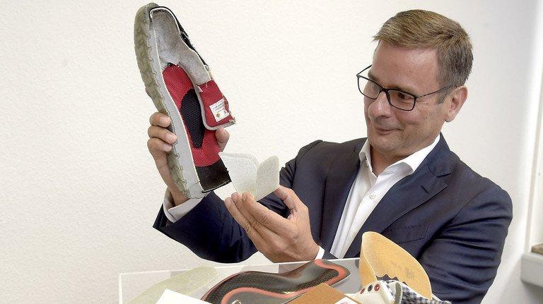 Form, Stabilität, Komfort: Rhenoflex-Chef Frank Böttcher demonstriert das fertige Verstärkungsmaterial für einen Sportschuh.