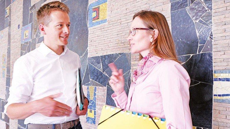 Statistisches Bundesamt Wiesbaden, im Foyer: Nadin Sewald und ihr Kollege Florian Burg.