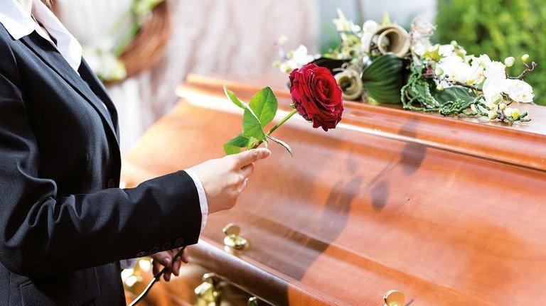 Plötzlich Witwe – und nun? Zur tiefen Trauer kommen oft finanzielle Sorgen.