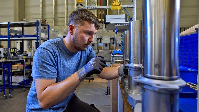 Anspruchsvolle Arbeit: Industriemechatroniker Emir Mrkonja baut Elemente des Raketenbrenners zusammen.