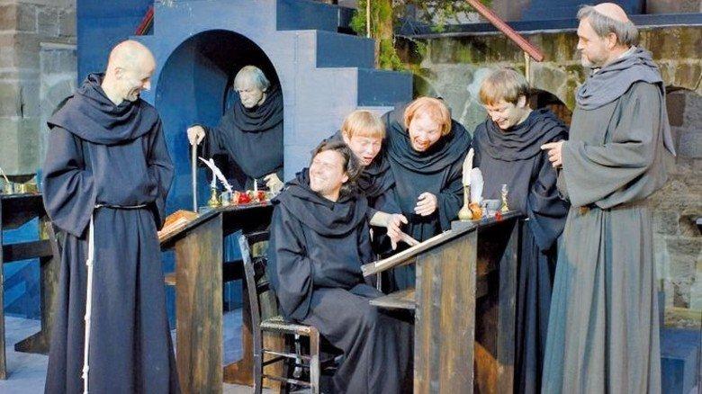 """Große Bühne vor historischer Kulisse: Kreuzgangspiele in Feuchtwangen. Foto: Forster Szenenfoto aus """"Der Name der Rose"""""""
