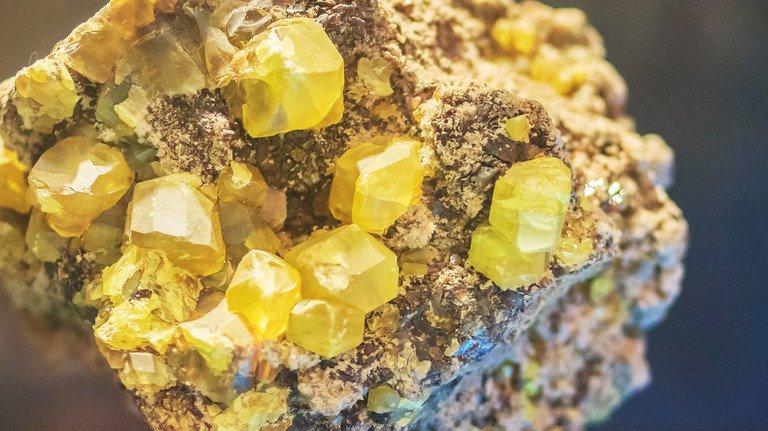 Schwefel: Ein gelber Feststoff, der ungiftig und in reiner Form geruchlos ist. Foto: Witthaya Khampanant-stock.adobe.com