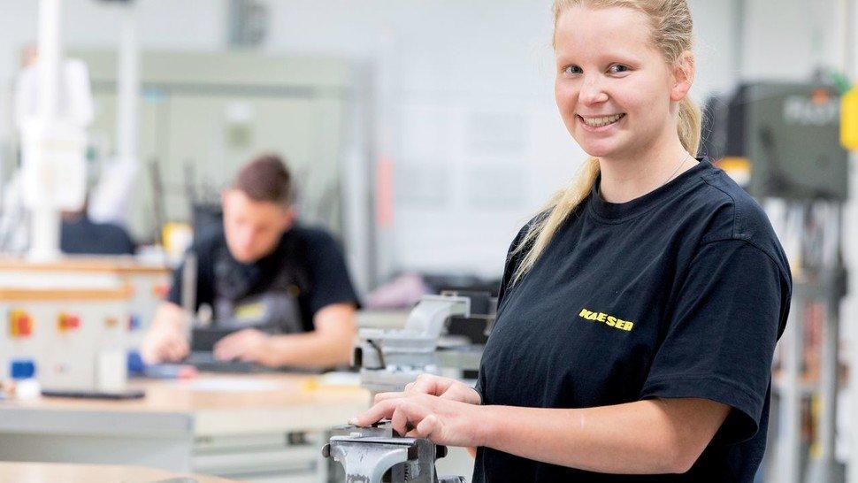 """""""Die Lehrwerkstatt ist ein guter Platz für Mädchen, die Elektrotechnik mögen"""", sagt Melissa Golz (17 Jahre), Auszubildende von Kaeser Kompressoren in Coburg."""
