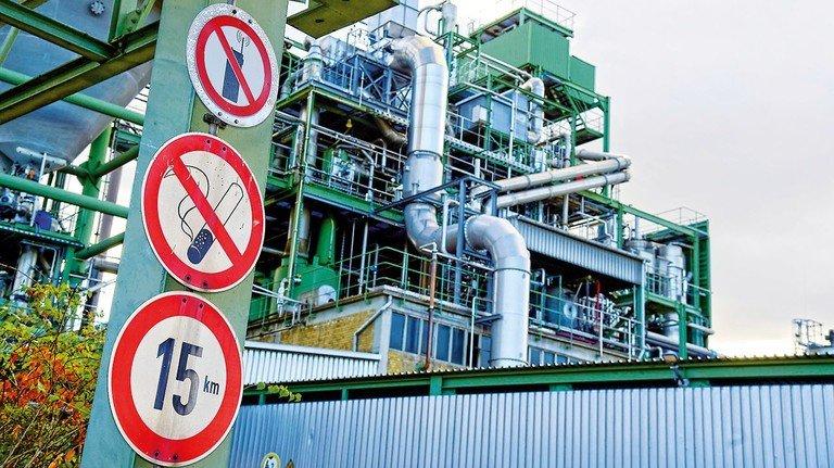 Hinweise: Überall im Werk erinnern Schilder die Mitarbeiter an Gefahren und Verbote.