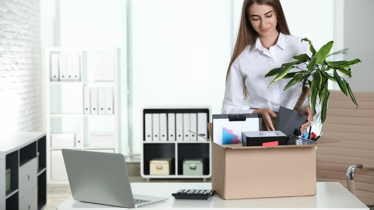 Tapetenwechsel: Ist mit einer Versetzung ein Umzug verbunden, den der Arbeitgeber veranlasst hat, muss dieser die damit verbundenen Kosten tragen.