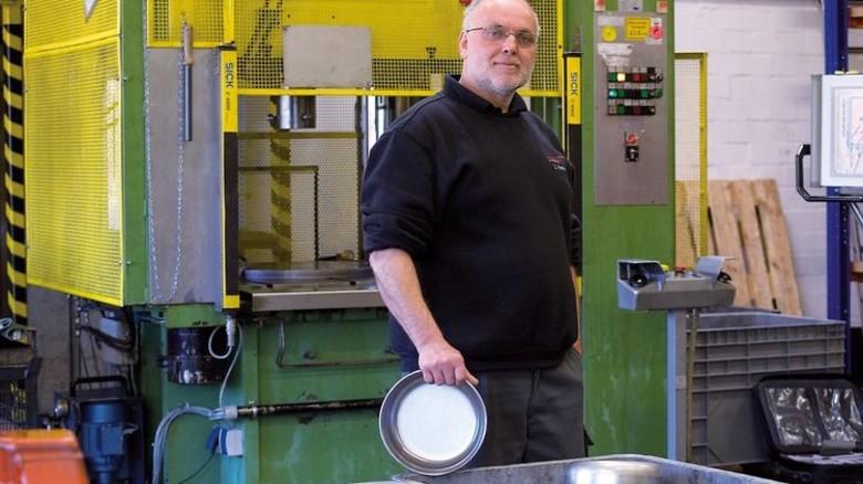 Tiefzieh-Experte: Der Industriemechaniker mit einem Ventil-Bauteil. Foto: Stöcker