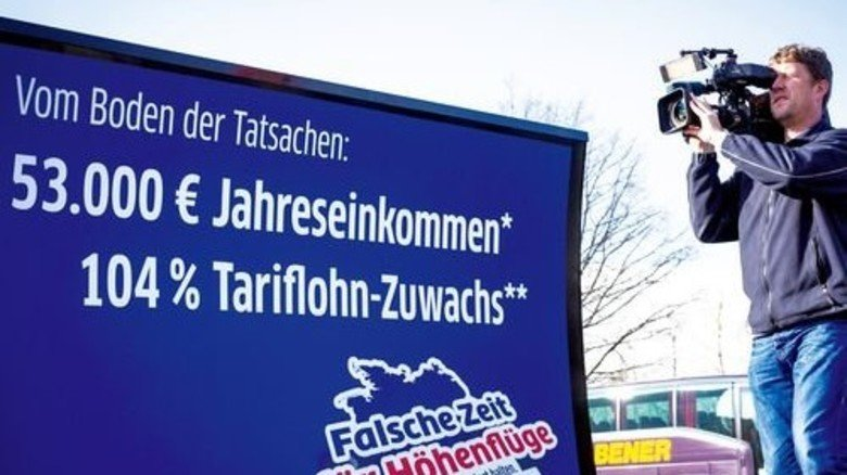 Hingucker: Das Lithomobil mit dem Kampagnenmotto der Arbeitgeber. Foto: Joos