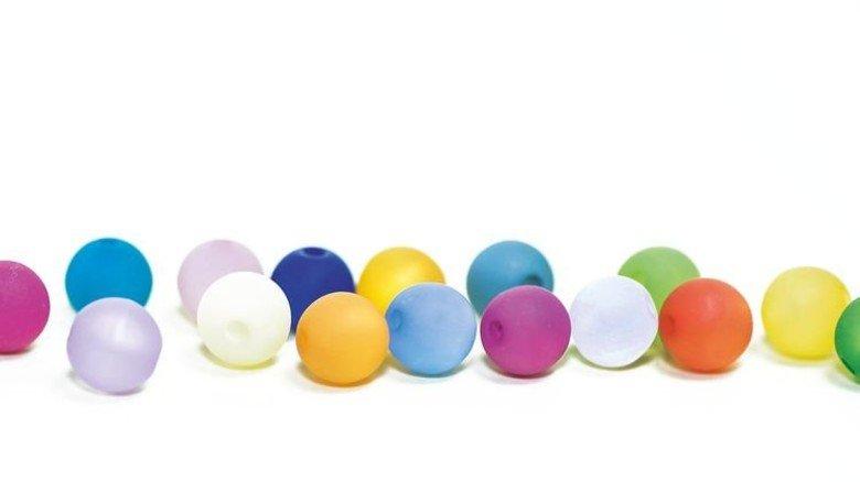 Viele bunte Perlen: Das Unternehmen hat 8000 Artikel im Sortiment. Foto: Adobe Stock