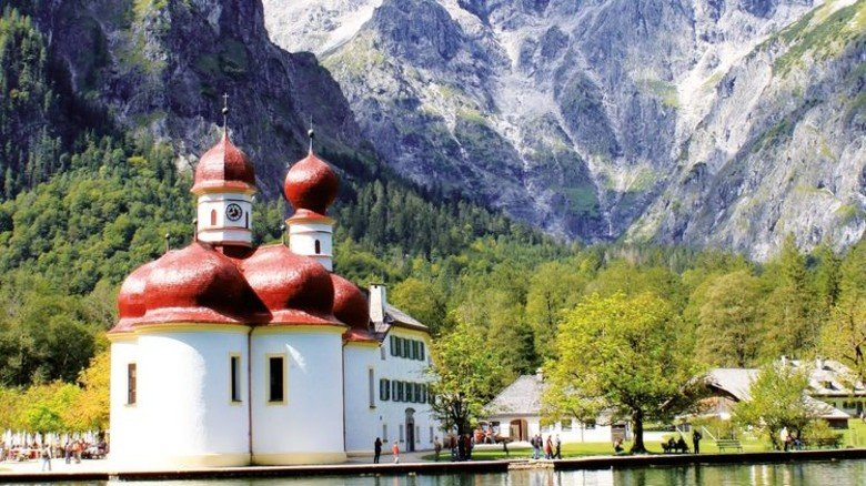 Postkarten-Idyll am Königssee: Vorne die Wallfahrtskapelle St.Bartholomä, hinten das Watzmann-Massiv. Foto: Adobe Stock