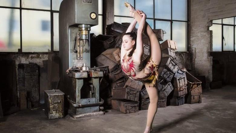 Eines seiner Fotos: Schöps setzt in alten Fabrikhallen seine Models gekonnt in Szene. Foto: Schöps.