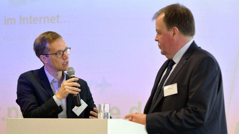 Auf dem Podium: Pittler-Geschäftsführer Thomas Keil (rechts) und Sebastian Kühnel,  Bildungsreferent von Hessenmetall, auf dem Ausbildungskongress