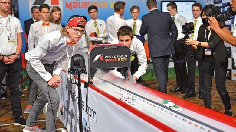 """Spannung pur: Das """"Pioneers""""-Auto (weiß lackiert) in der Startbox und beim Rennen – zusammen mit dem Wagen der späteren Vize-Weltmeister (grün-weiß). Foto: Veranstalter"""
