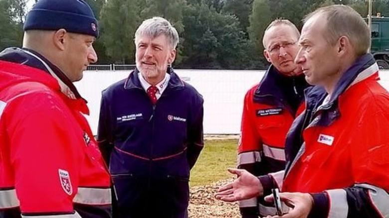 Professionelle Hilfsaktion: Tomas Sanders (links) von der Meyer Werft baute als Malteser-Helfer eine Zeltstadt für Flüchtlinge auf. Foto: Malteser