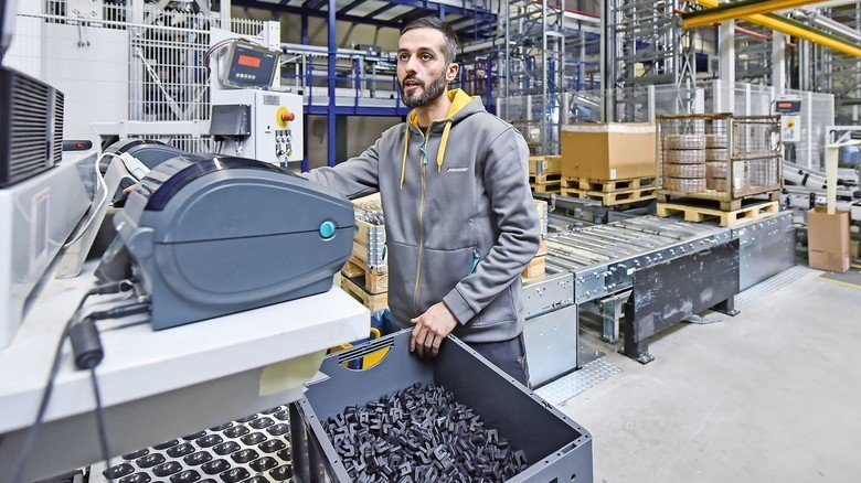 Gut sortiert: Latif Sahan in dem Kleinteilelager, in dem auf rund 80.000 Stellplätzen Boxen mit diversen Artikeln untergebracht sind.