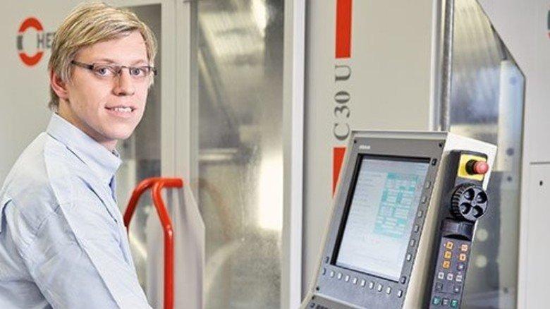 Industriemeister: Matthias Gilch an der Steuerung einer Werkzeugmaschine. Foto: Karmann