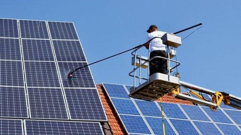 Energie aus der Sonne: Schon lange sind uns Fotovoltaik-Anlagen auf dem Dach vertraut. Foto: Fotolia