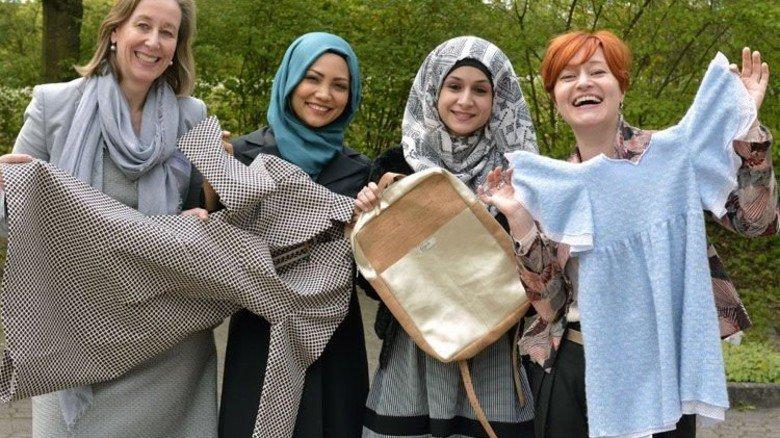 Stich für Stich selbst gemacht: Nicole von Alvensleben, Mansoureh Kazemi, Esraa Ali und Claudia Frick (von links) mit eigener Mode.  Foto: Scheffler