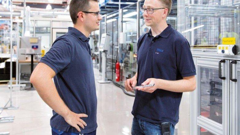 Führungskraft: Meister Sascha Ott (rechts) im Gespräch mit einem seiner Mitarbeiter. Foto: Eppler