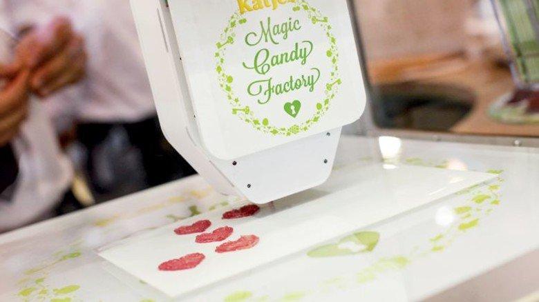 """Süßes und Technik: Katjes druckt mit der """"Magic Candy Factory"""" in 13 Ländern Süßigkeiten aus. Foto: Katjes"""