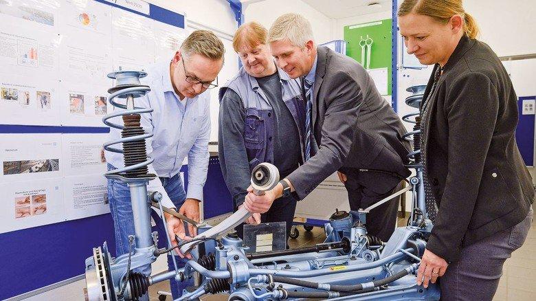 So geht das: Detlef Schlathau (Mitte) mit Qualitätsleiter Reiner Plate (links) und Produktionsleiter Stephan Meyer.