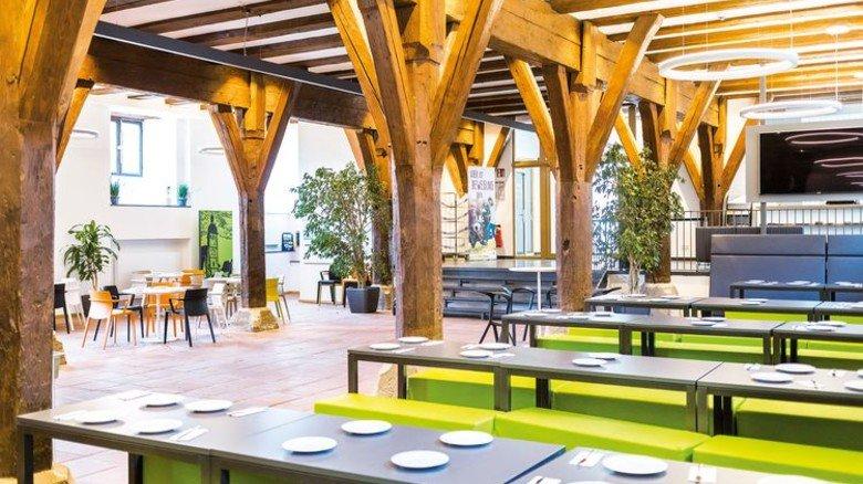 In der Jugendherberge in Dinkelsbühl sorgen Holzbalken im Inneren für ein gemütliches Flair. Foto: DJH Landesverband Bayern