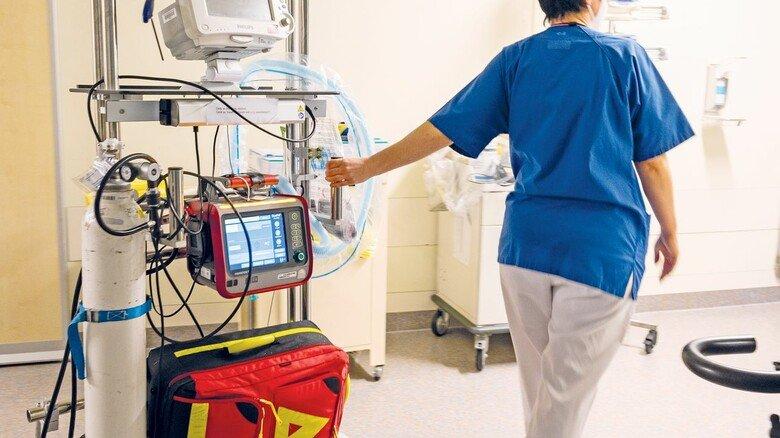 Auf dem Weg in die Intensivstation: Mediziner behandeln heute schwer an Corona Erkrankte auch mit bewährten Medikamenten.