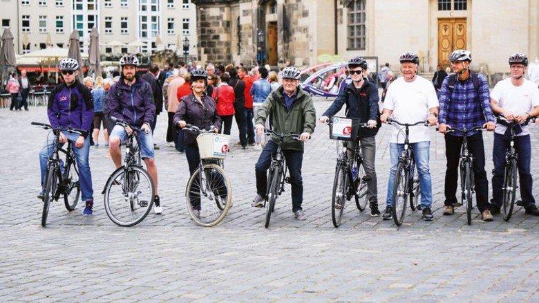 Rast vor der Frauenkirche: Ein HAB-Team erkundete auf Rädern die Dresdner Innenstadt. Foto: Werk