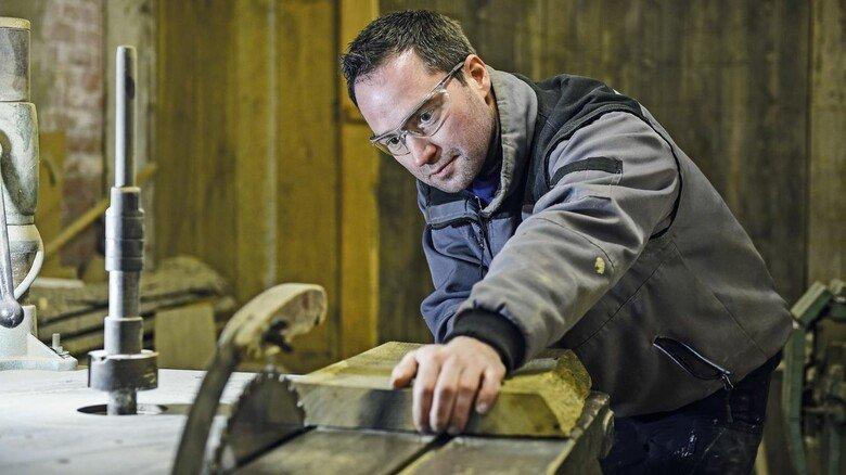 An der Säge: In seiner Werkstatt hat der 37-Jährige diverse Maschinen.