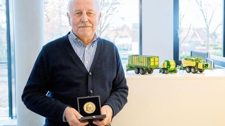 Anerkennung für seine Arbeit: Wolfgang Deimel mit einer Gedenkmünze von der Max-Eyth-Gesellschaft für Agrartechnik. Foto: Werk