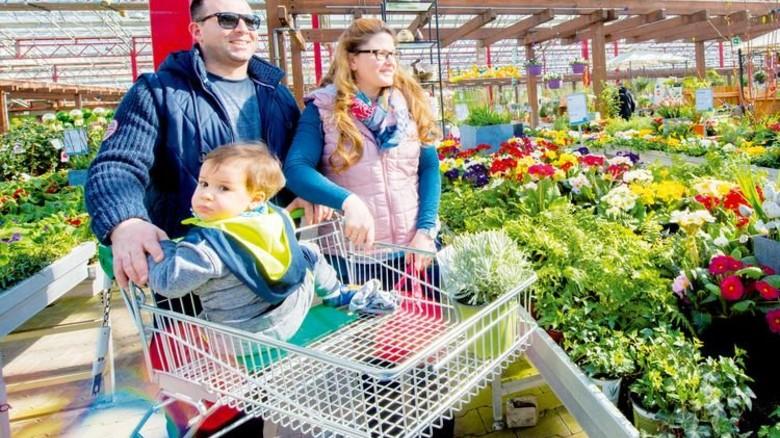 Entspannt bummeln: Ein junge Familie beim Pflanzenkauf. Foto: Straßmeier