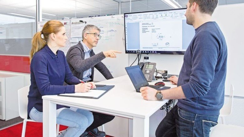 Ideen diskutieren: Entwicklungsleiter Dietmar Schwegler (Mitte) mit zwei Mitarbeitern. Foto: Eppler