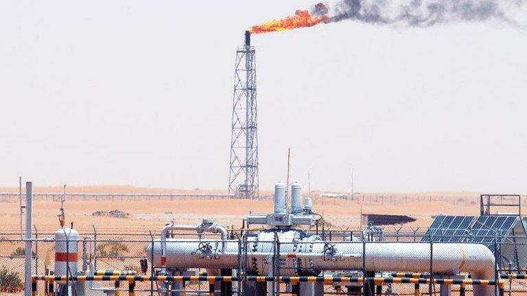 Bohrturm in Saudi-Arabien: Die Förderung wird hier jetzt wohl steigen. Foto: dpa