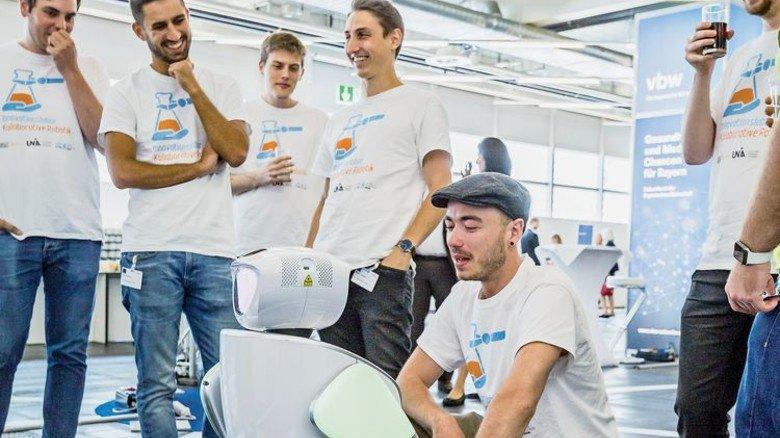 Studenten der Universität Augsburg haben einem Roboter Wege durchs Pflegeheim beigebracht. Er führt Besucher nun zielsicher zum Zimmer eines bestimmten Patienten. Dem Pflegepersonal bleibt so mehr Zeit für die Versorgung der Bewohner. Foto: Schulz