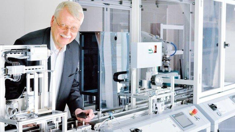 Lernfabrik 4.0: Rainer Kuntz an der vollautomatischen Produktionsanlage. Foto: Scheffler