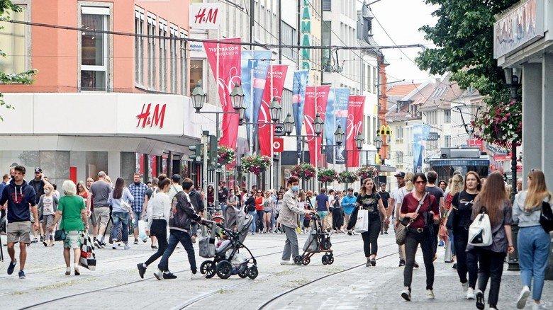 Volle Einkaufsstraße: Für Verbraucher bedeutet die drei-prozentige Mehrwertsteuersenkung eine reale Preisersparnis von 2,5 Prozent. Das liegt daran, dass die Steuer im Endpreis schon enthalten ist.