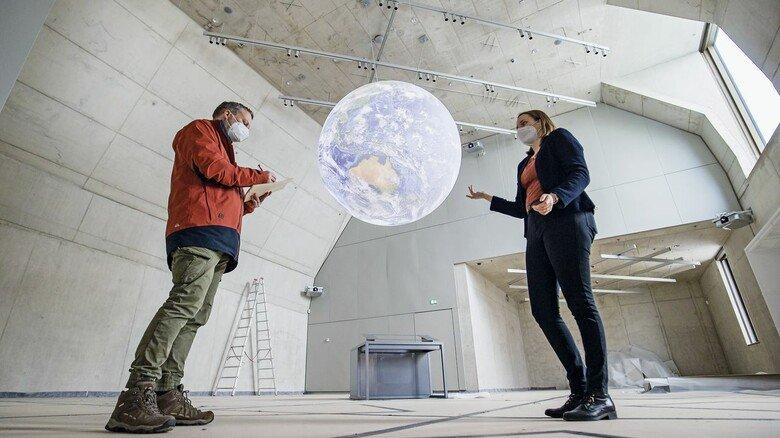 So sieht's hier im Moment noch aus: Der aktiv-Reporter im Gespräch mit Museumsmitarbeiterin Maike Schlegel. Der riesige Globus hängt schon.