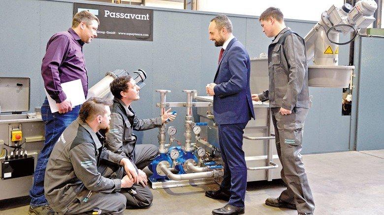 Im Gespräch: Industriemeister Lars Gerlach (links) und Teammitarbeiter begutachten bei Aqseptence in Aaarbergen  mit Firmenchef Baldassare La Gaetana eine Pumpanlage.
