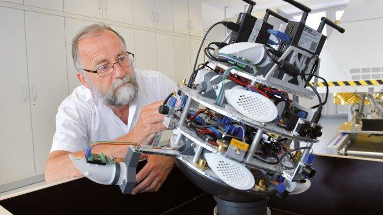 Runde Sache: Der Bremer Entwicklungsingenieur Josef Sommer mit Cimon. Foto: Michael Bahlo