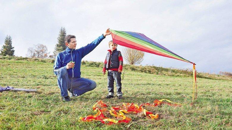 Rauf in die Herbstluft: Papa erklärt Sohnemann, wie das am besten geht.