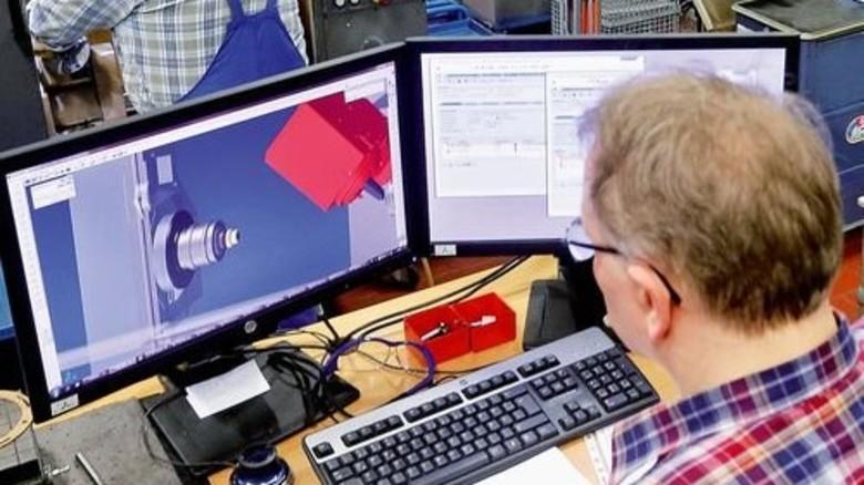 Eine Software für alle Maschinen: Jürgen Kohrmeyer programmiert die Zerspanungsmaschinen am Computer und prüft die virtuelle Bearbeitung in 3-D. Foto: Gossmann