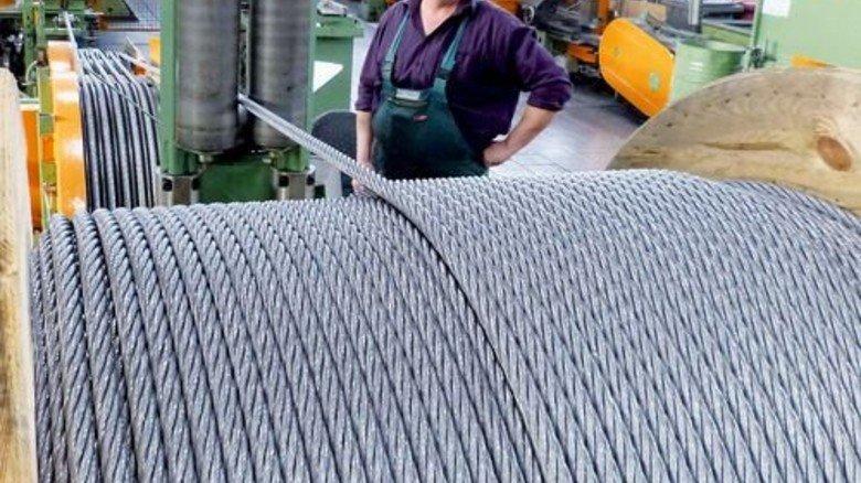 Blick in die Produktion: Achim Hölscher überwacht die Herstellung von Seilbahn-Seil. Foto: Strebe