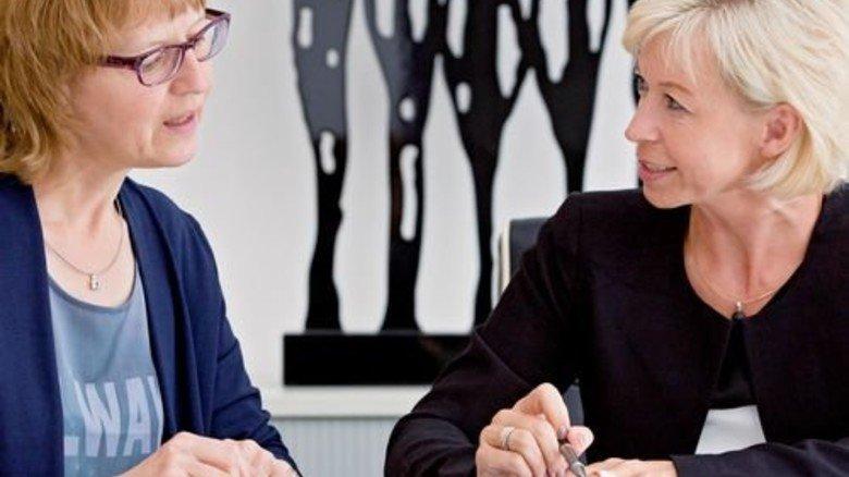 Offenheit hilft: Airbus-Mitarbeiterin Gerti Schwab (links) im Gespräch mit Pflegelotsin Sabine Sauer. Foto: Eppler