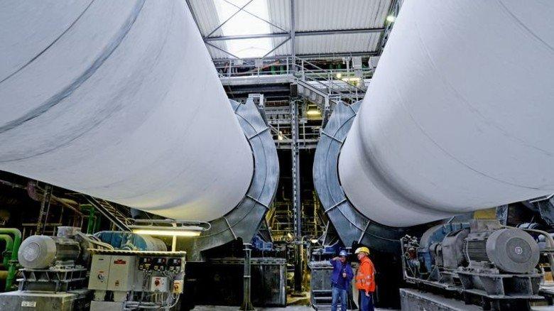 Gigantisch: In diesen riesigen Drehrohröfen laufen letzte Produktionsschritte. Foto: Sturm